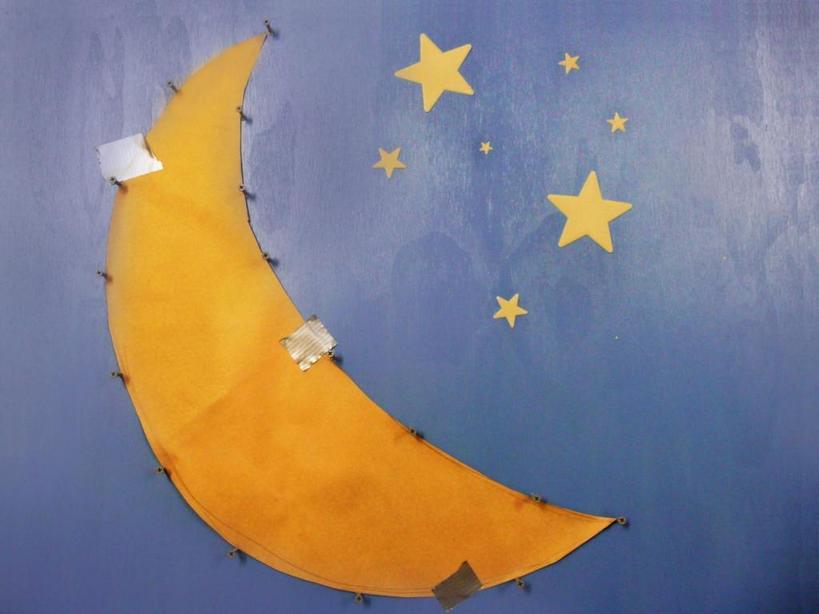 Чтобы ребенок не боялся темноты, мы сделали для него красивое изголовье в виде звездного неба со встроенным ночником