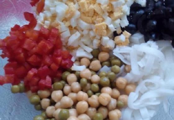 Питательный салат из нута с рисовой лапшой за 30 минут: когда хочется съесть чего нибудь необычного, готовлю это блюдо