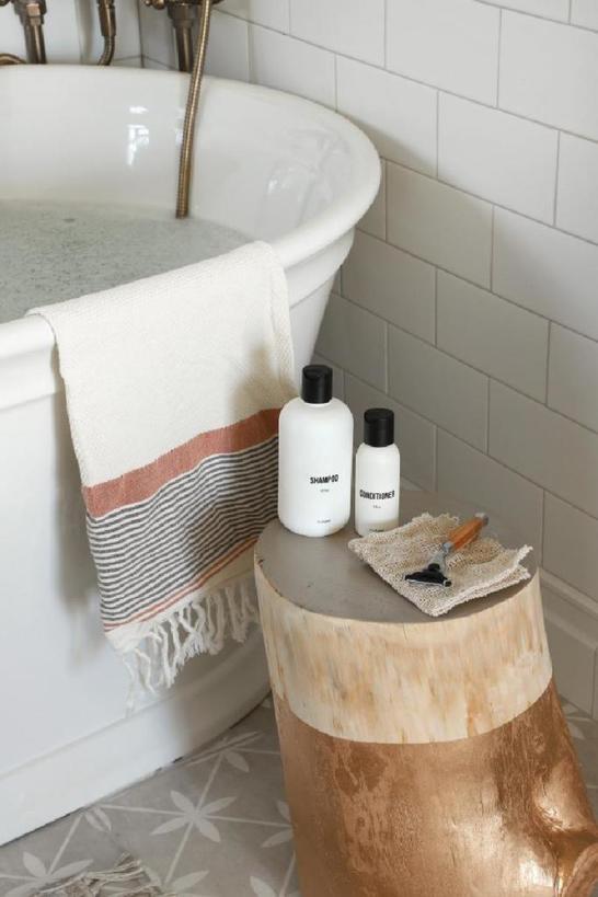 Муж взял старый пень и превратил его в стильный столик для ванной: теперь наша ванная выглядит еще уютнее
