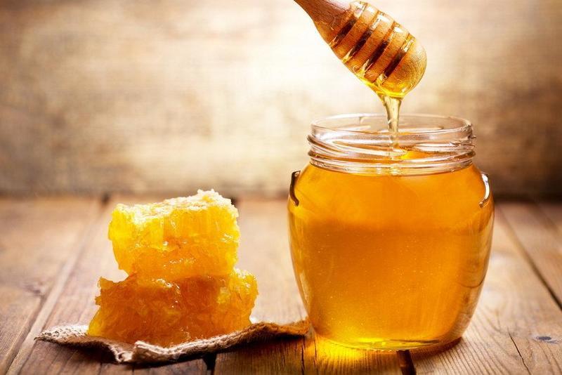 Мед - от прыщей, зубная щетка - для пухлых губ: 9 трюков помогут быстро привести лицо в порядок