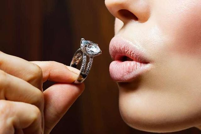 Денег можешь дать, но выбирать буду я: опросы показали, что невесты все чаще покупают обручальные кольца сами себе