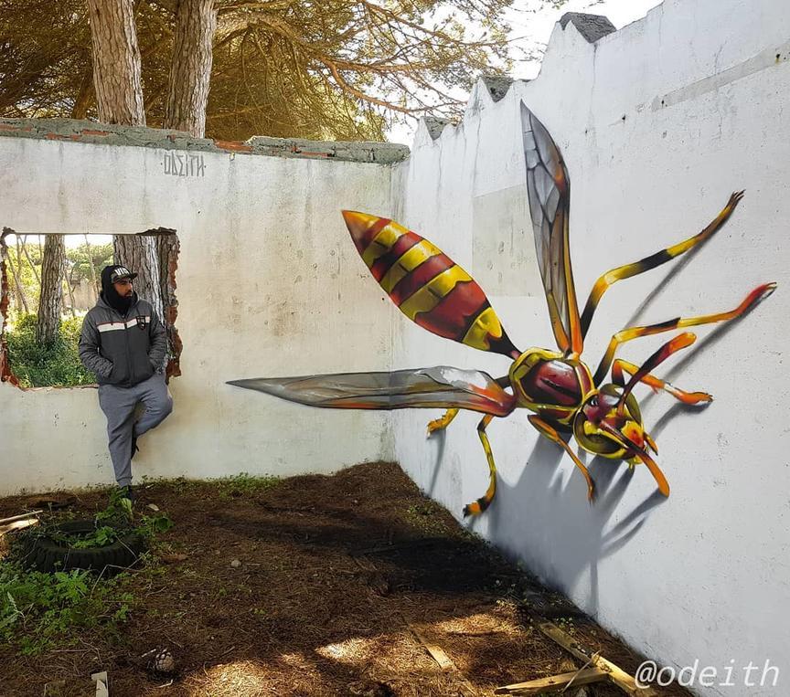 Мужик рисует на стенах гигантских насекомых. Даже на фото страшно