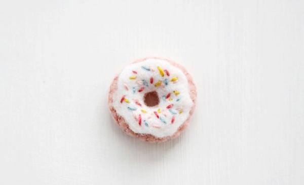 Идея для скрепок или брелоков: как сшить милые пончики из фетра своими руками