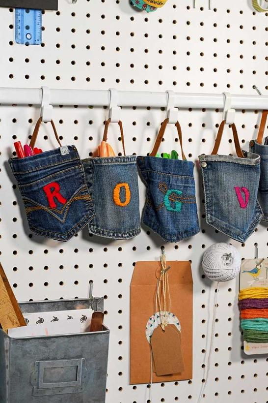 Из старых джинсов сделала подвесной органайзер: теперь дети не будут разбрасывать фломастеры по всей комнате