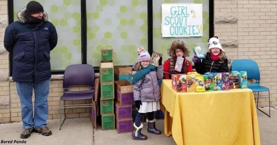 Девочки скауты установили лоток с печеньем возле магазина с марихуаной в Чикаго