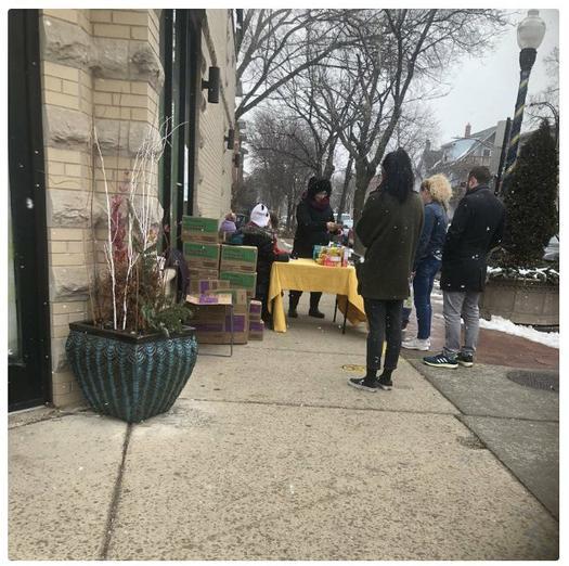 Девочки-скауты установили лоток с печеньем возле магазина с марихуаной в Чикаго