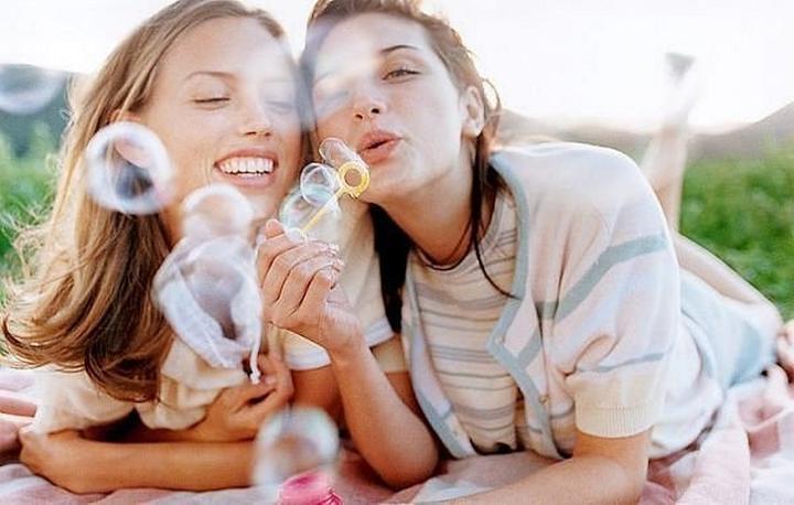 Еще вместе, но уже появились признаки того, что дружба идет к концу: не сразу отвечает на СМС, игнорирует вопросы и другие