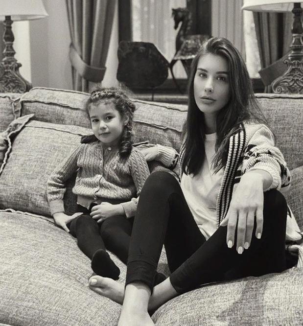 Кудрявая красавица дочка Кети Топурии на новых снимках становится похожей на маму