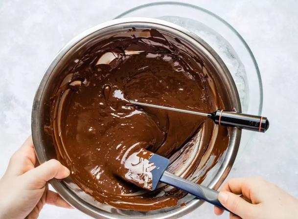 Свекровь научила меня темперировать шоколад. На День святого Валентина будем есть с клубникой