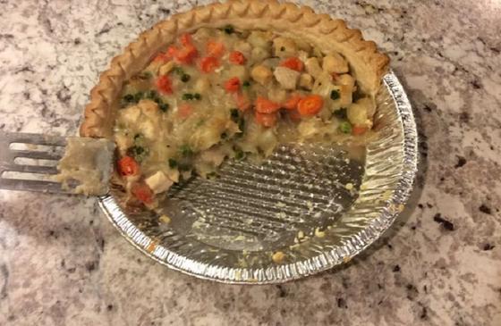 Нежный сливочный пирог с начинкой из курицы обожает вся моя семья. Чтобы его вкус не был пресным, добавляю к начинке немного овощей