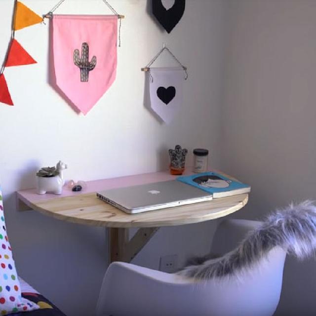 Сделал для дочки очень удобный выдвижной столик: прекрасно вписывается в ее милую комнату