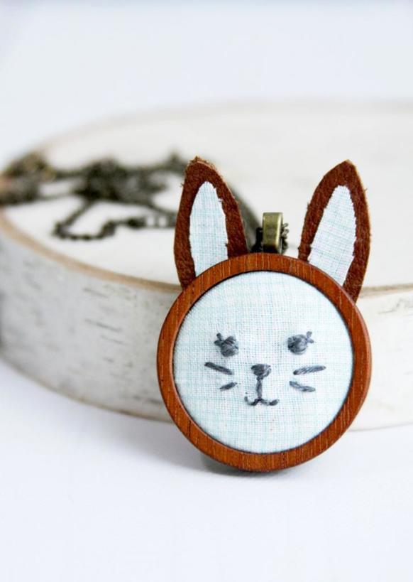 Милый кролик: как из натуральной кожи и дерева сделать красивый кулон с вышивкой