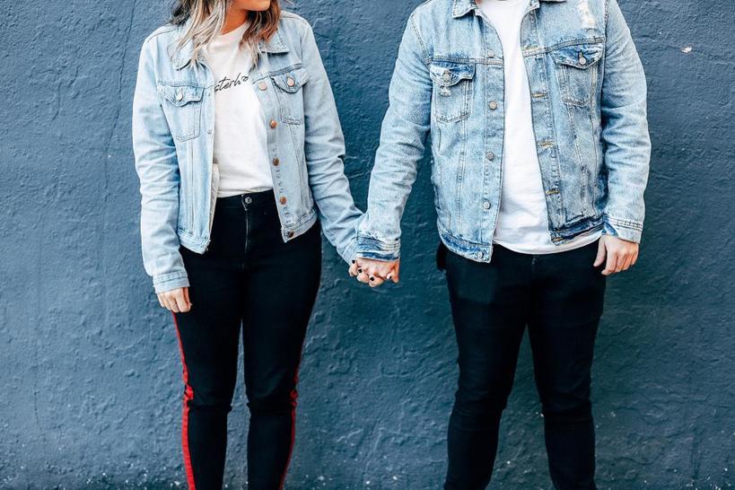 Уменьшает боль и снижает давление: психологи назвали реальные причины, по которой нам нравится держать любимого за руку