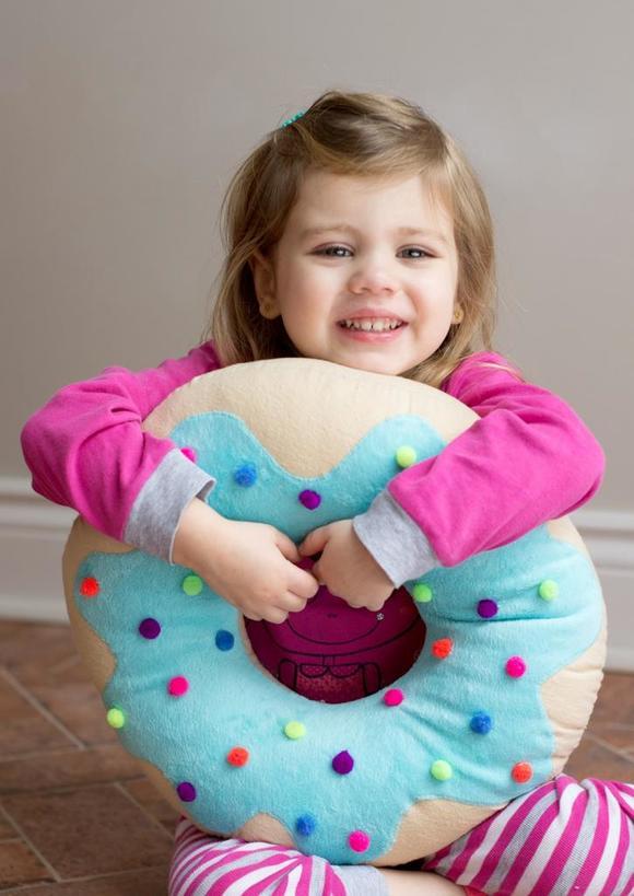 Деталь интерьера, которую хочется съесть: как сшить плюшевую декоративную подушку в виде аппетитного пончика