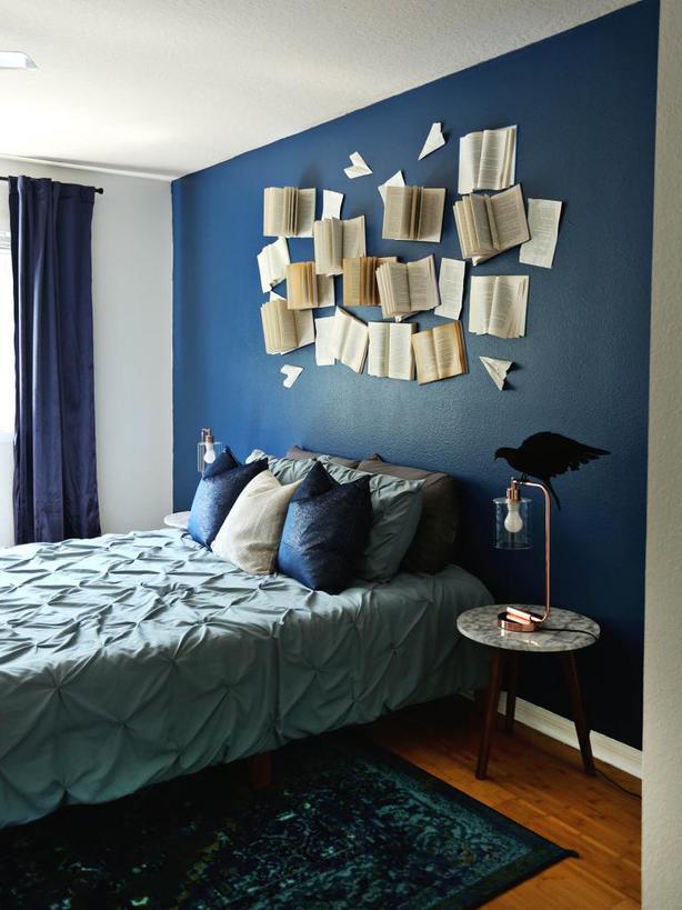 Взяла старые книги, молоток и прибила их на стену: муж зашел в спальню и сильно удивился
