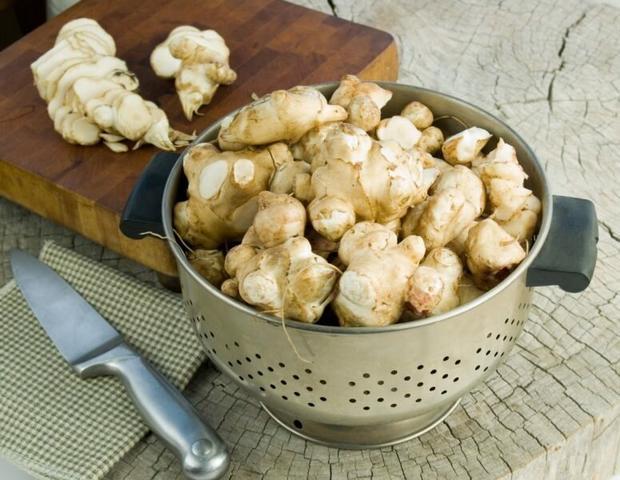 Готовлю нежный крем-суп с цветной капустой и топинамбуром. Чтобы вкус был ярче, обжариваю овощи в духовке