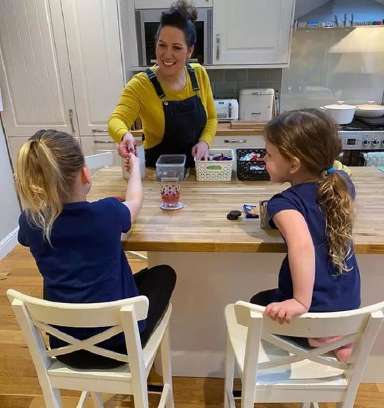 Чтобы ее дети не переедали сладкого во время карантина, Лора придумала гениальную игру: она устроила дома магазин сладостей