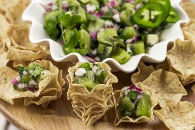 Удивила гостей необычным салатом: пикантный киви с красным луком и халапеньо