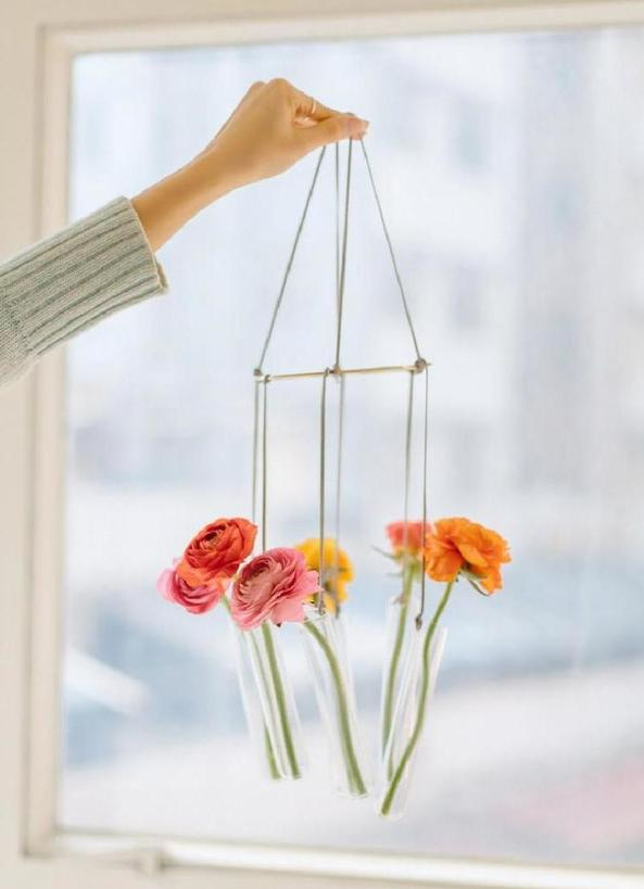 Из прозрачных пробирок и веревки сделала необычную подвесную вазу: мастер-класс