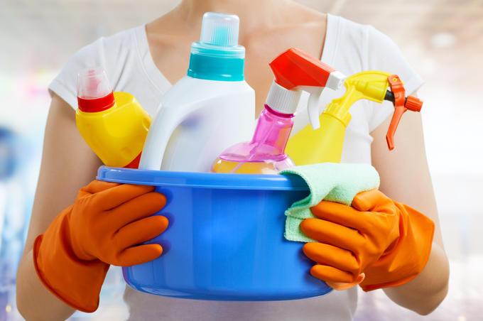 Хлорка убивает микробы и вирусы, но при условии, что она останется на поверхности минимум 10 минут