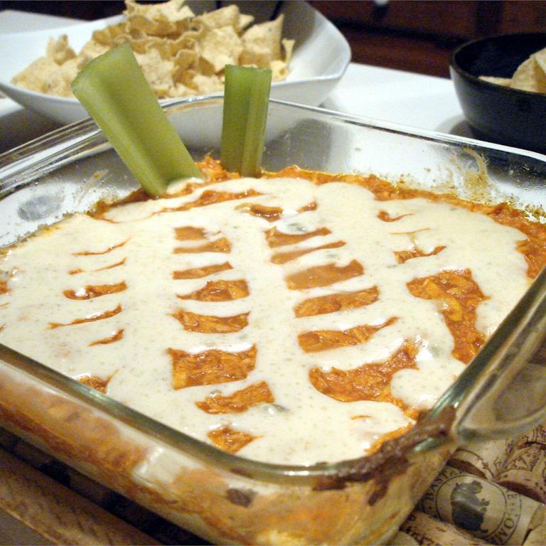 Просто отвариваю грудку, добавляю два вида соуса и запекаю. Можно подавать как соус или основное блюдо