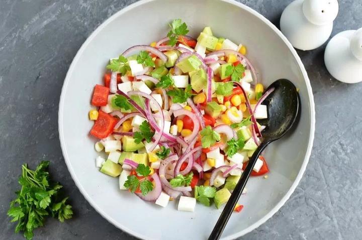 Готовлю вкусный и легкий вегетарианский салат с кукурузой и красным перцем. Получается вкусно и подходит для поста