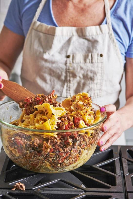 Готовлю запеканку с говяжьим фаршем, макаронами и тремя видами сыра. Получается очень вкусно и сытно