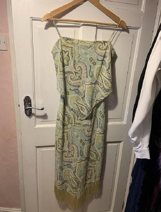 Женщина показала платье, которое купила еще в 1998 году. Она до сих пор с гордостью его носит