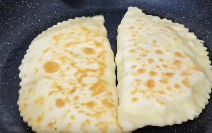 Пока есть свободное время, удивите домашних: приготовьте лепешки чуду на кефире с творогом, адыгейским сыром и зеленью