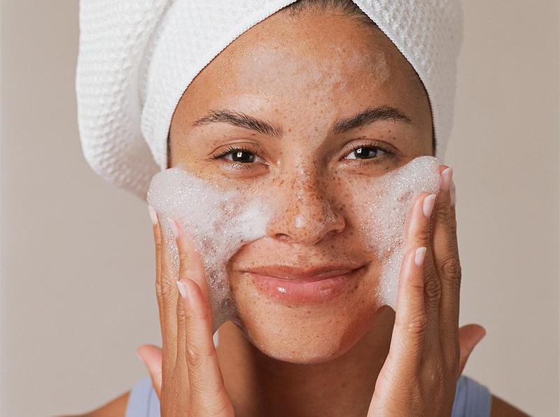 Спать на шелковой подушке и есть лимоны: советы косметолога, чтобы выглядеть идеально без макияжа