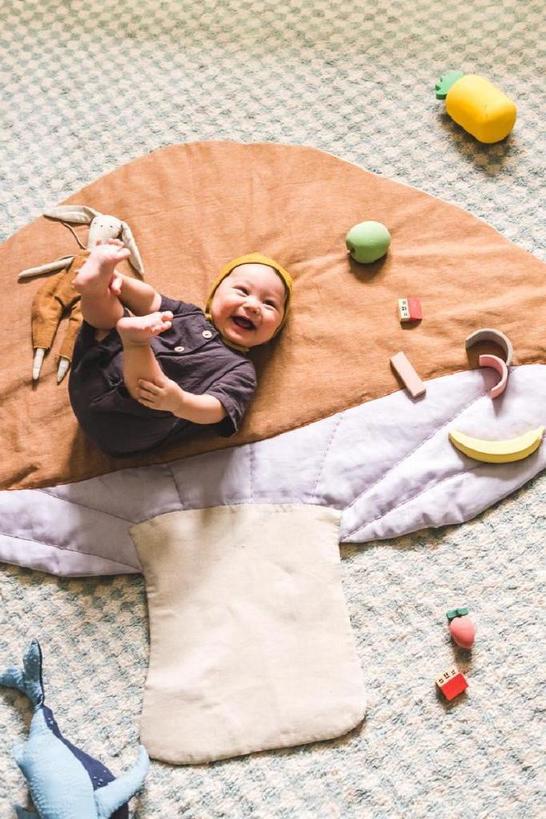 Полностью отмыть ковер невозможно, поэтому я сшила для малыша специальный коврик в виде грибочка