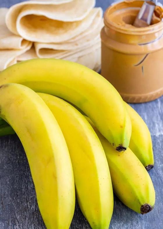 Любят взрослые и дети: рецепт вкусных бананово-арахисовых рулетиков