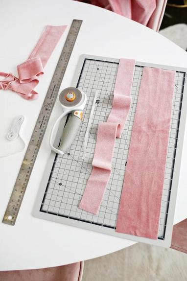 Можно использовать как резинку для волос или браслет: шьем милый аксессуар из розового бархата