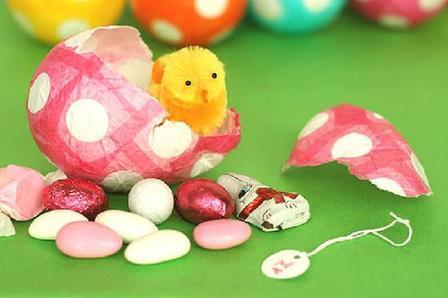 Взяла цветные салфетки, воздушные шарики, вкусные мелкие конфеты и сделала для детей к Пасхе несколько киндер сюрпризов