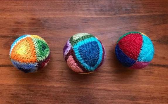 Пока сидим дома: из остатков пряжи связала мягкие шарики - детишки быстро приспособили их для игры