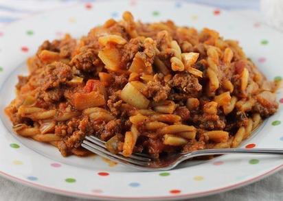 Люблю готовить гуляш с томатами, соусом и болгарским перцем. Чтобы меньше возиться на кухне, сразу добавляю макароны