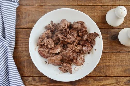 В морозилке оставалась куриная печень. Решила приготовить простую закуску, добавив яйца и жареный лук