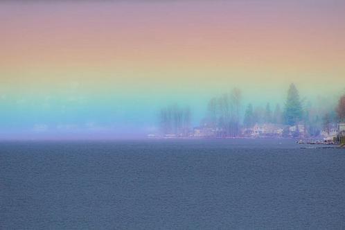 Минутка красоты среди безумия: фотограф сумел заснять горизонтальную радугу над озером (фото)