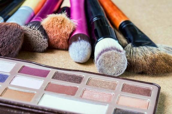 У косметики тоже есть свой срок годности: как определить, не пора ли выбрасывать тушь, тени, карандаши и не только