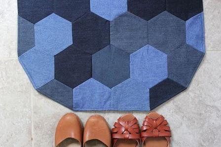 Вариант использования старых джинсов: как сшить красивый лоскутный коврик из шестигранников