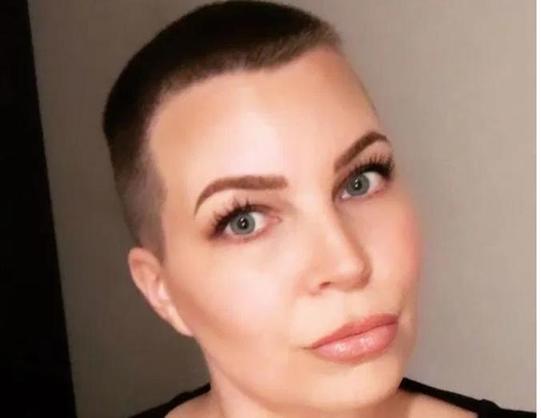 Тренд на лысые головы: женщины от скуки радикально меняют свой образ во время изоляции