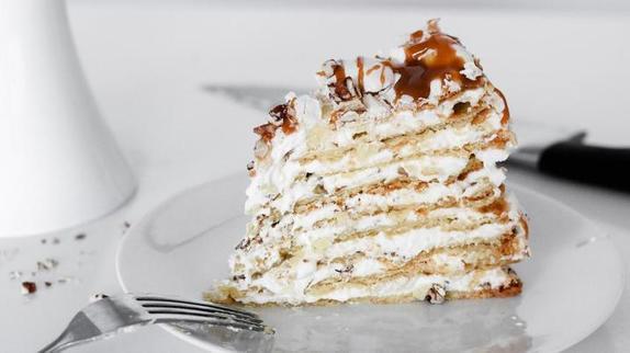 Такой хрустящий и карамельный: простой и быстрый рецепт вкусного торта с безе и пеканом