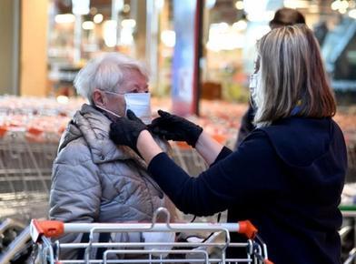 Бабушка не могла покрасить волосы, так как салоны закрыты. И тогда кисть в руки взял ее 92 летний муж: вышло очень неплохо (фото)