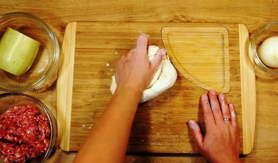 Лепешки из фарша, кабачков и теста. Готовятся быстро, а вкус у них просто божественный