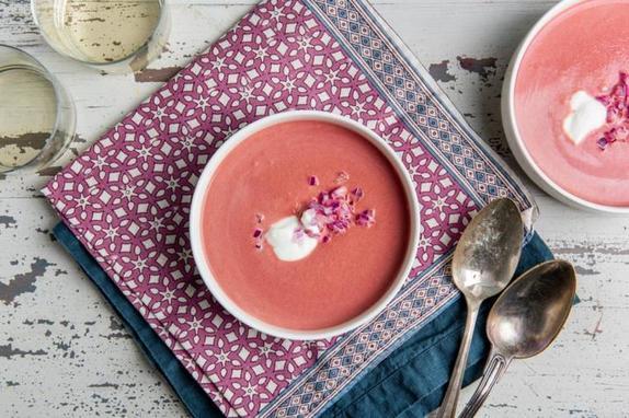 Готовлю сливочный суп со свеклой. Добавляю красный лук и немного меда: рецепт