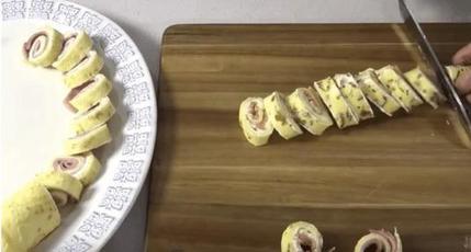 На каждый праздник готовлю блинные рулеты с ветчиной или лососем: всегда сметаются со стола первыми