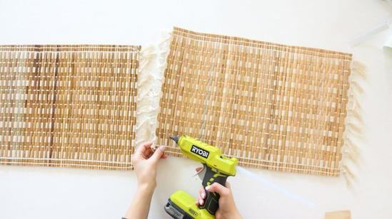 Маскируем некрасивые горшки: делаем простое и красивое кашпо из соломенного коврика
