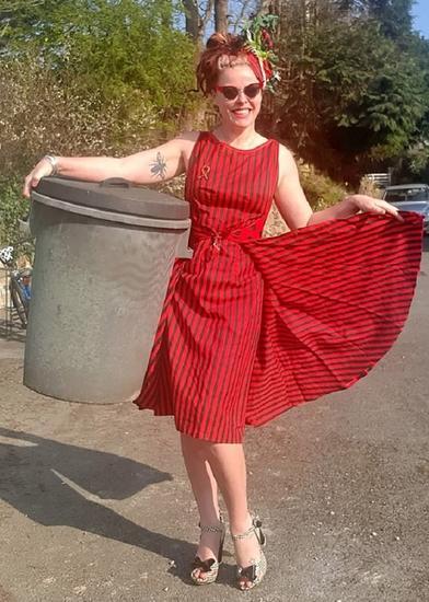 Женщины выносят мусор в свадебных платьях, а пылесосят в вечерних: модницы, они и на карантине модницы