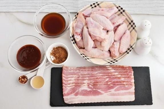 Крылышки оборачиваю в бекон, а потом готовлю карамель. Все домашние в восторге