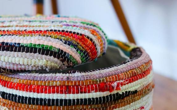 Дешево, просто и очень удобно: как сделать пуфик для ног из ведра и обычного коврика